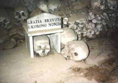 Le capuzzelle al cimitero delle Fontanelle