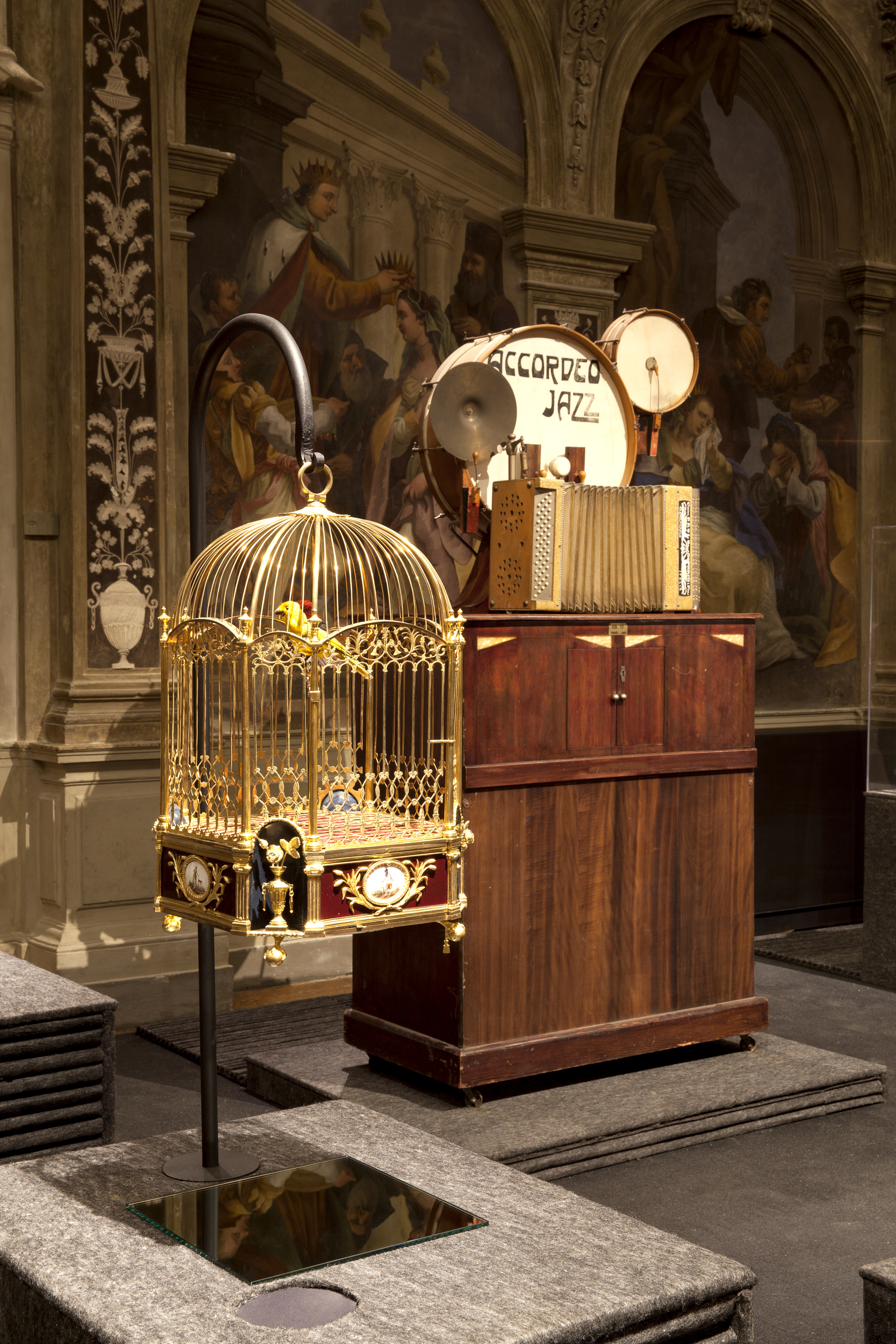 Amelotti, <i>Orchestrion Accordeo Jazz</i> (circa 1920) e Pierre Jaquet-Droz. <i>Singing Bird Cage With Clock</i> (circa 1785) (Photo Attilio Maranzano)
