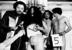 """Jean-Jacques Lebel, L'elezione di Miss Festival (1967), happening à Knokke le Zoute (Belgio) con Yoko Ono e Tony Cox. (foto apparsa su """"Art Press"""", maggio 1996)"""