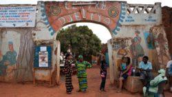 Da <em>Ricchi di cosa, poveri di cosa?</em>, l'ingresso della corte di Sotigui Kouyaté