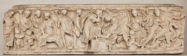 Lo storyboard. Scene dal mito di Medea: invio dei doni a Creusa, morte di Creusa, partenza di Medea con le salme dei figli.  Sarcofago greco di marmo, 150-170 d.C.